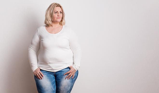 Portræt af en lyshåret kvinde med overvægt.