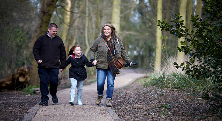 Familie på tre i skoven.
